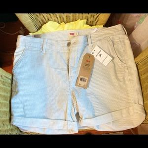 Woman's Levi's Classic Short new with tags!